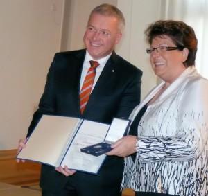 Markus Ferber mit Barbara Stamm bei der Verleihung der bayrischen Verfassungsmedaille