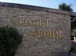 Weingut Strohm, Name auf der Mauer