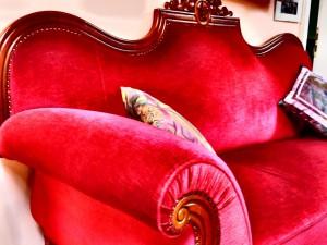 Haus am Drachenloch das rote Sofa by SchulzPhotographie