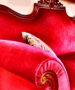 weinhotel drachenloch rote sofa