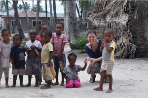 Seira Fischer mit Waisenkindern in Tansania
