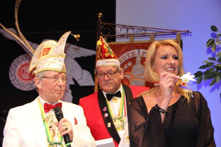 Claudia Kleinert erhält den Entenorden der KG Rote Funken