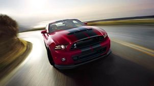 Der Ford Mustang Shelby GT500 in Ruby Red Metallic, von vorne